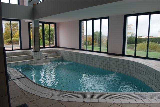 Maison contemporaine sur environ 1 ha proche de cholet for Construire piscine interieure